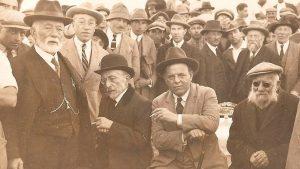 """""""סמל לתרבות גדולה שתבנה בארץ ישראל"""" (ביאליק במרכז התמונה ושמאלו אחד העם)"""