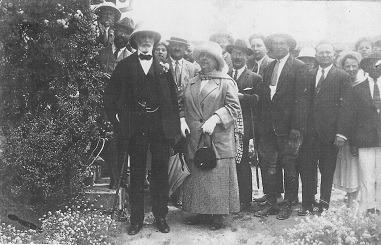 הברון רוטשילד ורעייתו אדלידה בביקור במטעים בזכרון יעקב, 1914