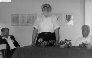 """טבנקין נואם בפני משלחת של יהודים מקנדה, שביקרה ב""""בית לוחמי הגטאות"""" באפריל 1963. אתר בית לוחמי הגטאות."""