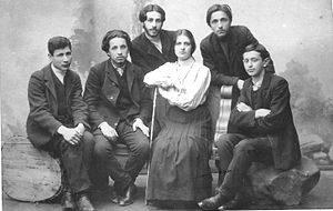 קבוצה של פועלי ציון מוורשה בשנת 1905 עומדים מימין לשמאל אליעזר סלוצקין ויצחק טבנקין יושבים מימין לשמאל מכס, אווה טבנקין אשתו של טבנקין