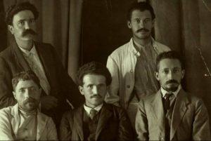 """בתמונה: חברי מערכת """"האחדות"""", (מימין לשמאל) יושבים: יצחק בן צבי, דוד בן-גוריון ויוסף חיים ברנר; עומדים: אהרן ראובני ויעקב זרובבל (1912)."""